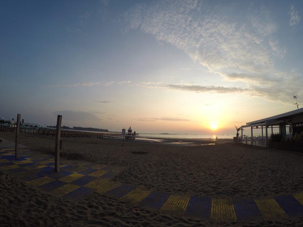 La spiaggia del faro all'alba